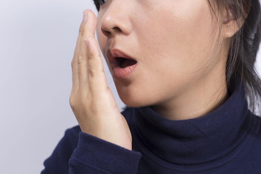 Hilangkan Bau Mulut dengan 5 Cara Ini