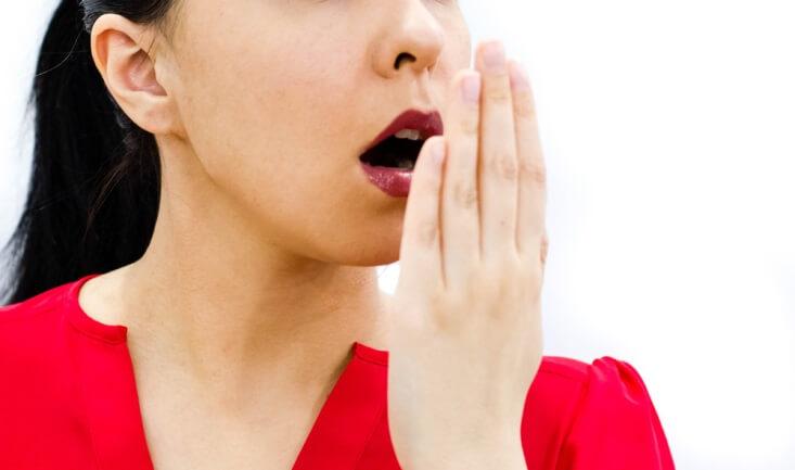 Punya Masalah Bau Mulut? Waspada 5 Penyebabnya!