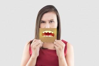Cara Ampuh Menghilangkan Bau Mulut Sekaligus Membersihkan Gigi Kuning